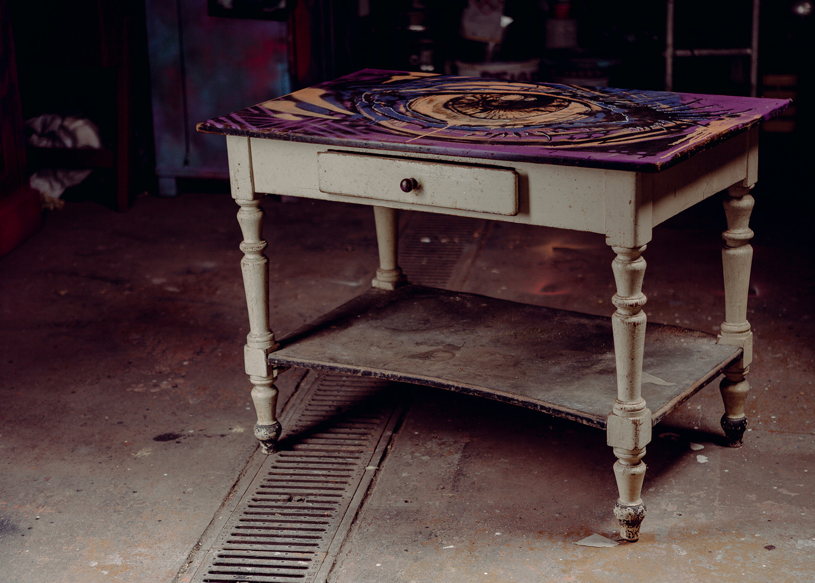 ohP-custom-art-graffiti-streetart-furniture-eyes-graphicnovel table